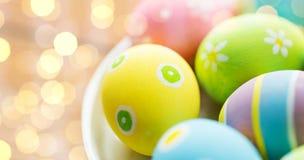Κλείστε επάνω των χρωματισμένων αυγών Πάσχας στο πιάτο Στοκ εικόνες με δικαίωμα ελεύθερης χρήσης