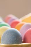Κλείστε επάνω των χρωματισμένων αυγών Πάσχας στο χαρτοκιβώτιο Στοκ φωτογραφίες με δικαίωμα ελεύθερης χρήσης