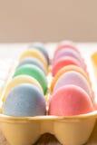Κλείστε επάνω των χρωματισμένων αυγών Πάσχας στο χαρτοκιβώτιο Στοκ Εικόνες
