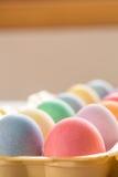 Κλείστε επάνω των χρωματισμένων αυγών Πάσχας στο χαρτοκιβώτιο Στοκ Εικόνα