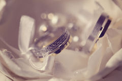 Κλείστε επάνω των όμορφων γαμήλιων δαχτυλιδιών Στοκ εικόνα με δικαίωμα ελεύθερης χρήσης