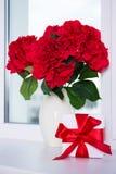 Κλείστε επάνω των όμορφων λουλουδιών hydrangea στο κιβώτιο βάζων και δώρων επάνω Στοκ φωτογραφίες με δικαίωμα ελεύθερης χρήσης