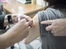 Κλείστε επάνω υπομονετικού παίρνοντας έναν εμβολιασμό στο νοσοκομείο στοκ φωτογραφία με δικαίωμα ελεύθερης χρήσης