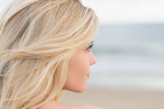 Κλείστε επάνω χαλαρωμένου νέου ενός ξανθού στην παραλία Στοκ Εικόνα