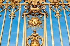 Κλείστε επάνω, χρυσό παλάτι πυλών των Βερσαλλιών Στοκ φωτογραφία με δικαίωμα ελεύθερης χρήσης
