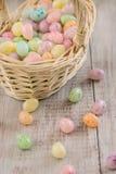Κλείστε επάνω χρωματισμένου του κρητιδογραφία cancy αυγών Πάσχας στο ψάθινο καλάθι Στοκ Φωτογραφίες