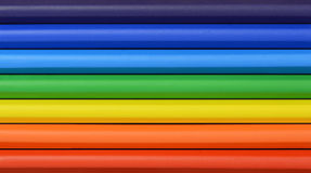Κλείστε επάνω χρωματισμένων των ουράνιο τόξο κρητιδογραφιών στις σειρές στοκ φωτογραφία με δικαίωμα ελεύθερης χρήσης