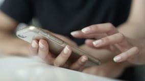 Κλείστε επάνω δύο ανθρώπων χρησιμοποιώντας το smartphone απόθεμα βίντεο