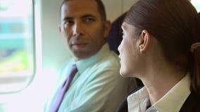 Κλείστε επάνω δύο Businesspeople στη συνομιλία επάνω  απόθεμα βίντεο