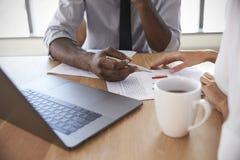 Κλείστε επάνω Businesspeople εργαζόμενος στο lap-top στην αίθουσα συνεδριάσεων Στοκ Εικόνες