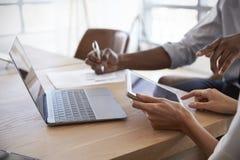 Κλείστε επάνω Businesspeople εργαζόμενος στο lap-top στην αίθουσα συνεδριάσεων Στοκ Φωτογραφία
