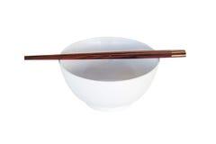 Κλείστε επάνω chopsticks και το άσπρο κύπελλο που απομονώνονται Στοκ Φωτογραφία