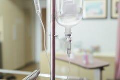 Κλείστε επάνω IV αλατούχο σταλαγματιά λύσης για τον ασθενή στοκ φωτογραφία