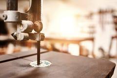 Κλείστε επάνω jig ξυλουργικής του πριονιού με το εργαστήριο στο υπόβαθρο Στοκ Φωτογραφία