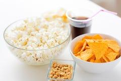 Κλείστε επάνω popcorn και των πατατακιών ή των nachos καλαμποκιού Στοκ Φωτογραφία