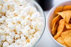 Κλείστε επάνω popcorn και των πατατακιών ή των nachos καλαμποκιού Στοκ φωτογραφίες με δικαίωμα ελεύθερης χρήσης