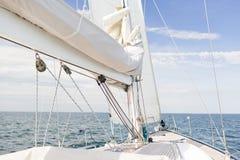 Κλείστε επάνω sailboat του ιστού ή του γιοτ που πλέει με τη θάλασσα Στοκ Φωτογραφίες