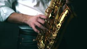 Κλείστε κλειδωμένος κάτω από τον πυροβολισμό του saxophone παιχνιδιού μουσικών στο στούντιο απόθεμα βίντεο