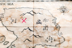 Κλείστε μέχρι διπλωμένο τον τρύγος πλαστό χάρτη με τον Ερυθρό Σταυρό του στήθους θησαυρών πειρατών Στοκ Εικόνα