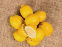 Κλείστε τα επάνω λεπτομερή λεμόνια με τη σαλάτα σε έναν καμβά Στοκ Εικόνες