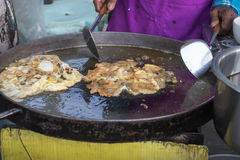 Κλείστε τα επάνω να μαγειρεψει τηγανισμένα μύδια θάλασσας με το αυγό, αλεύρι στην έκθεση στο u Στοκ φωτογραφία με δικαίωμα ελεύθερης χρήσης