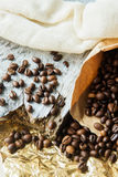 Κλείστε τα επάνω ψημένα φασόλια καφέ στις τσάντες εγγράφου στο ξύλινο υπόβαθρο Στοκ φωτογραφίες με δικαίωμα ελεύθερης χρήσης