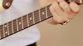 Κλείστε την αυξημένη κιθάρα παιχνιδιού ατόμων απόθεμα βίντεο