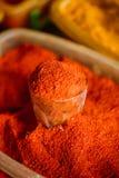 Κλείστε του κονιοποιημένου Cayenne ή του κοκκίνου - καυτό πιπέρι τσίλι στην πώληση στην ανατολική αγορά, Στοκ Εικόνα