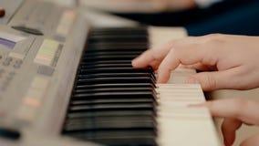 Κλείστε το αυξημένο πιάνο παιχνιδιού ατόμων απόθεμα βίντεο