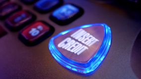 Κλείστε το επάνω περιστρεφόμενο πιστωτικό κουμπί ενθέτων στο μηχάνημα τυχερών παιχνιδιών με κέρματα απόθεμα βίντεο