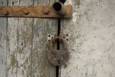 Κλείδωμα σε μια παλαιά πόρτα Στοκ φωτογραφία με δικαίωμα ελεύθερης χρήσης