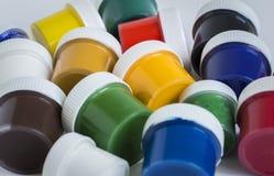 Κλειστά βάζα με το χρωματισμένο χρώμα γκουας στοκ εικόνα με δικαίωμα ελεύθερης χρήσης
