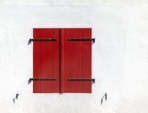 Κλειστά κόκκινα παραθυρόφυλλα Στοκ εικόνα με δικαίωμα ελεύθερης χρήσης