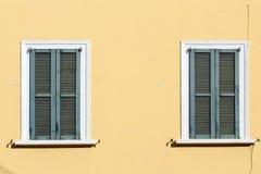 Κλειστά παράθυρα παραθυρόφυλλων στοκ εικόνα