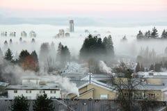 Κλειστά λόγω ομίχλης κτήρια και σπίτια στοκ φωτογραφία