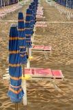 Κλειστές ομπρέλες στην παραλία Στοκ Εικόνα