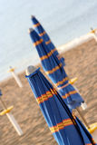 Κλειστές ομπρέλες στην παραλία Στοκ Φωτογραφίες