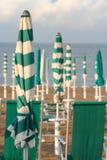Κλειστές ομπρέλες στην παραλία Στοκ Φωτογραφία