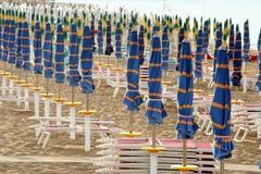 Κλειστές ομπρέλες στη γραμμή στην παραλία Στοκ Εικόνες