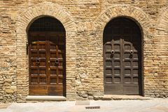 Κλειστές πόρτες ενός κτηρίου στη μεσαιωνική πόλη του SAN Gimignano Στοκ εικόνες με δικαίωμα ελεύθερης χρήσης