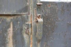 Κλειστές πόρτες πυλών μετάλλων σκουριασμένες μαύρες χρωματισμένες χωρίς backgro κλειδαριών Στοκ Εικόνες