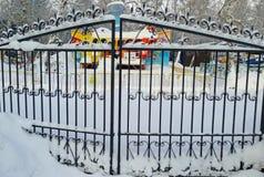 Κλειστές πύλες του λούνα παρκ το χειμώνα Στοκ εικόνα με δικαίωμα ελεύθερης χρήσης