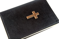 Κλειστή Βίβλος με το σταυρό στο άσπρο υπόβαθρο Στοκ Εικόνες