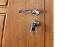 Κλειστή καφετιά ξύλινη λαβή πορτών με την κλειδαριά Στοκ εικόνες με δικαίωμα ελεύθερης χρήσης