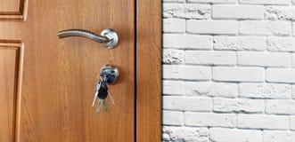 Κλειστή καφετιά ξύλινη λαβή πορτών με την κλειδαριά Στοκ Εικόνες
