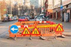 Κλειστή κυκλοφορία πόλεων σημαδιών οδικής επισκευής πάροδος Στοκ Φωτογραφία