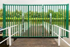Κλειστή πύλη σιδήρου σε μια αποβάθρα βαρκών Στοκ Φωτογραφία