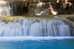 Κλειστοί επάνω μπλε καταρράκτες ρευμάτων στο βαθύ δασικό εθνικό πάρκο της Ταϊλάνδης Στοκ Φωτογραφίες