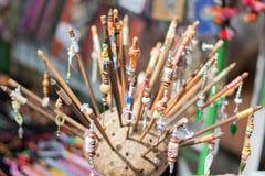 Κλειστός επάνω ξύλινα hairpins Στοκ εικόνες με δικαίωμα ελεύθερης χρήσης