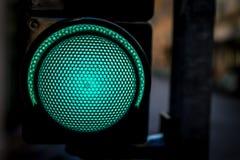 Κλειστός επάνω του πράσινου φωτεινού σηματοδότη όπως έτοιμος να πάει έννοια Στοκ Φωτογραφίες